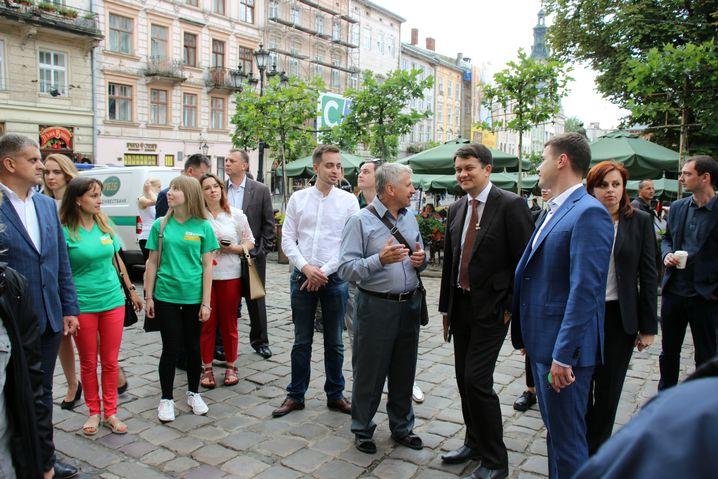 Führung durch Lwiw: Parteichef Rasumkow mit Parteianhängern auf dem Rathausplatz