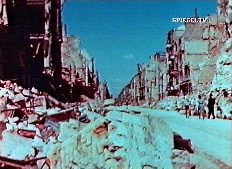 Ungewohnt farbiger Blick auf die Geschichte: Trümmerlandschaft in Technicolor-Türkis