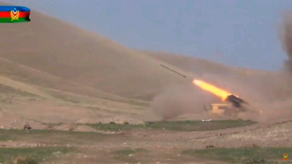 Material von der Seite des aserbaidschanischen Verteidigungsministeriums: Die Truppen bewegten sich in Richtung der Stadt Füsuli und hätten vier armenische Panzer zerstört