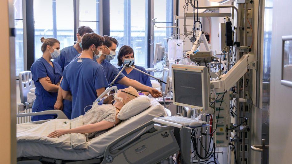 """Ärzte bei Schulung auf Intensivstation in Hamburg: """"Welche Altersgrenze streben wir in Deutschland an?"""""""