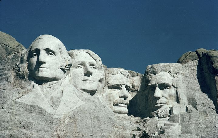 Die 18 Meter hohen Köpfe wurden auf dem Land amerikanischer Ureinwohner in den Berg gehauen, 1941 wurde das Monument eingeweiht