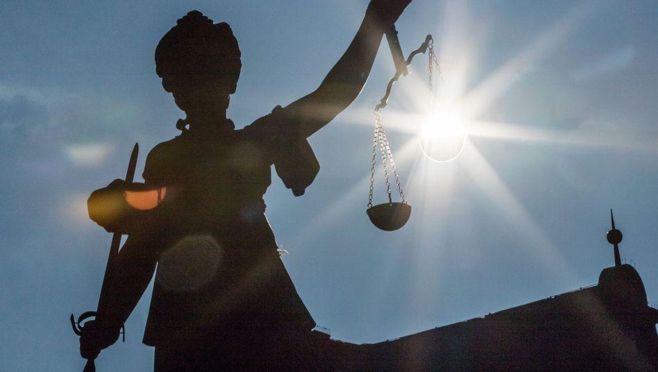 Justitia urteilt ohne Ansehen der Person. Urteilen die juristischen Prüfungsämter auch ohne Ansehen der Examenskandidaten?