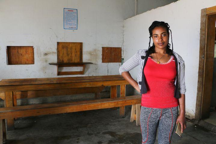 """Meaza Alemu, 23, kocht für die chinesischen Arbeiter und sagt: """"Ich arbeite gern hier"""""""
