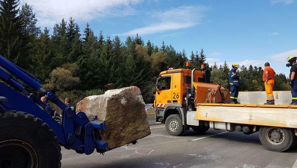 Einsatzkräfte transportieren einen Felsbrocken ab: Tödlicher Drei-Tonnen-Würfel