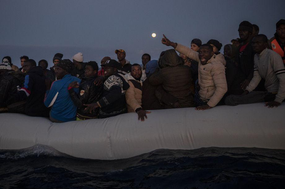 Migranten auf einem überfüllten Boot im Mittelmeer vor der libyschen Küste