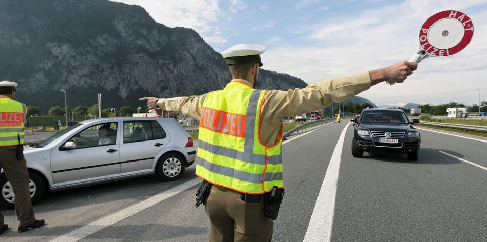 Nach Polizeiangaben durchbrach der Fahrer am Grenzübergang Kiefersfelden eine Kontrollstelle (Symbolbild)