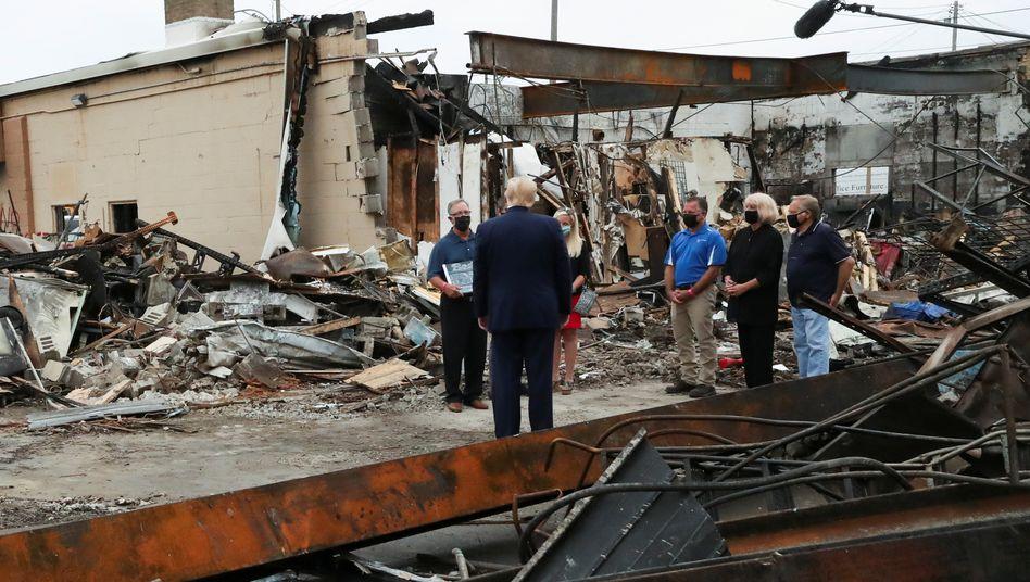 Donald Trump in Kenosha. Geschäftsleute zeigen dem US-Präsidenten das Ausmaß der Zerstörung nach den Ausschreitungen