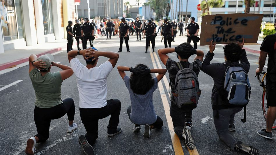 Demonstranten in Long Beach im US-Bundesstaat Kalifornien: Die Menschen fühlen sich so verletzbar wie noch nie