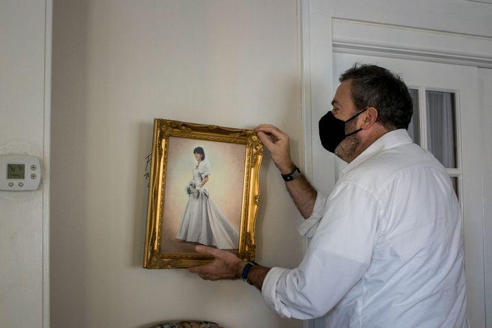 Martin Kearns mit dem Hochzeitsbild seiner Schwester: Versteckte Botschaft