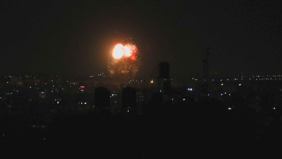 Rauch und Flammen nach dem israelischen Angriff im Gazastreifen