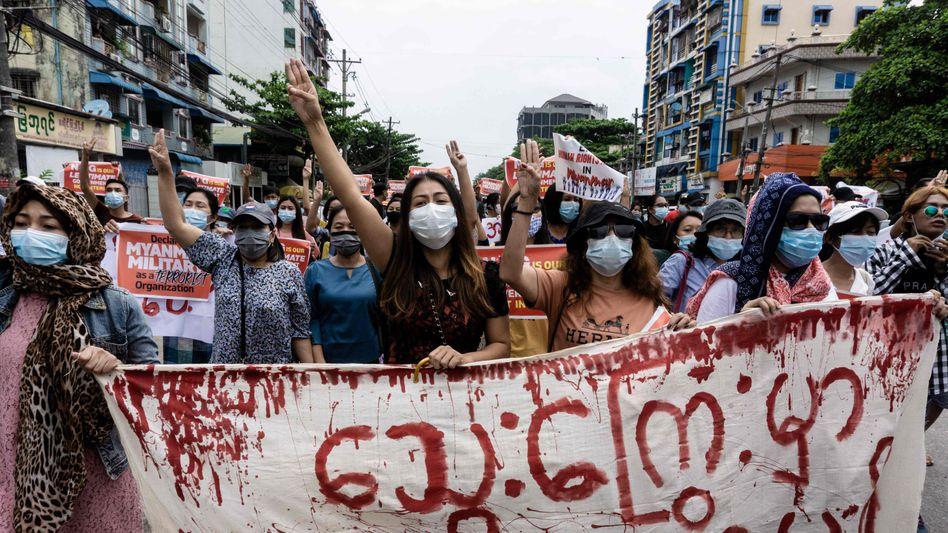 Proteste gegen den Militärputsch in Yangon: Berichte über Bewaffnung von Studenten