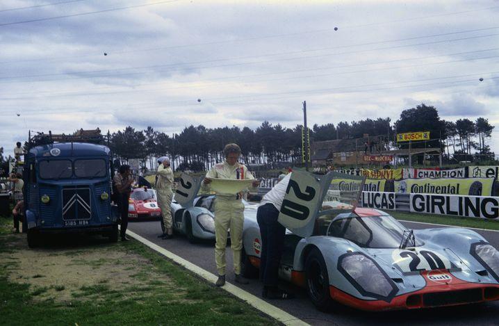 """Steve McQueen mit zwei Porsche 917 am Set von """"Le Mans"""""""