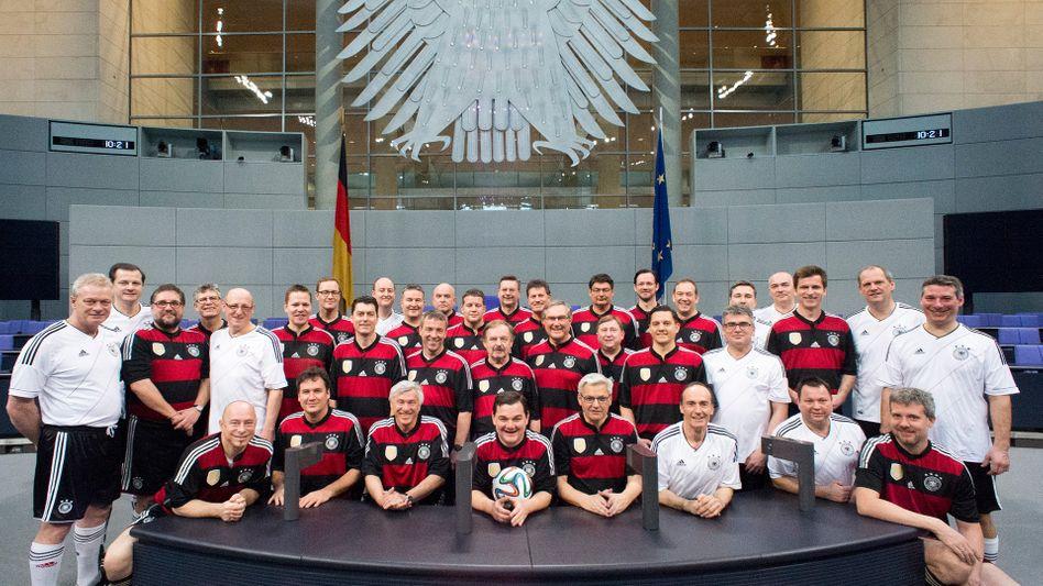 Mitglieder des FC Bundestag im Plenarsaal (Archivbild)