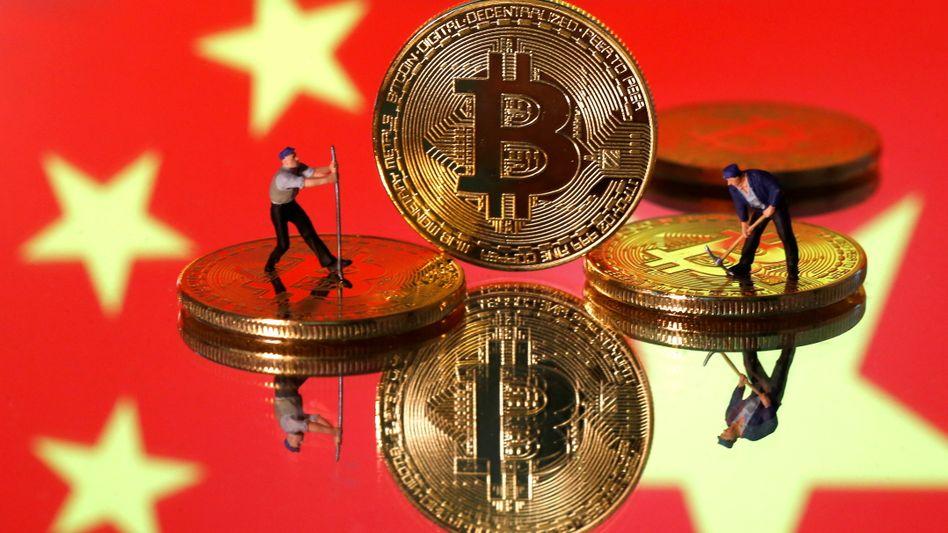 Bitcoin-Münzen vor chinesischer Flagge (Symbolbild): strikt verboten