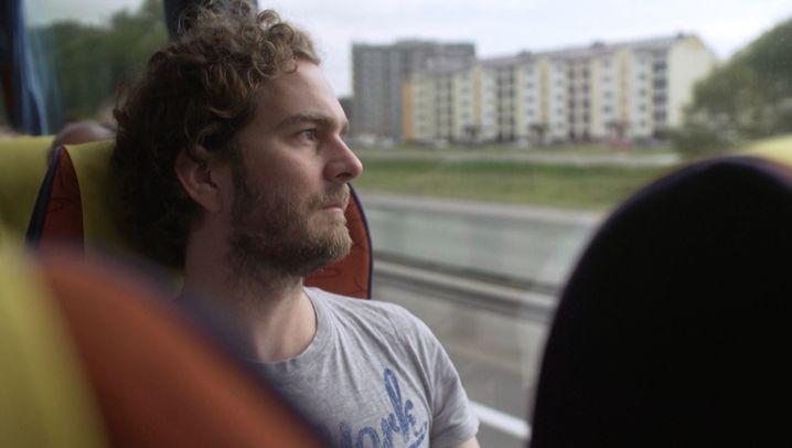 Auf der Suche nach Hans: Busreise in die Vergangenheit