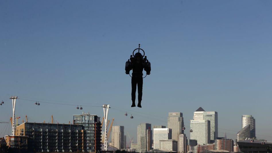 Mehrere Firmen testen derzeit Jetpacks wie hier in London. Was genau die Piloten in L.A. gesehen haben, sollen nun weitere Untersuchungen zeigen