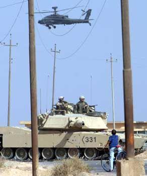 Irak: Mit Apache-Helikoptern und Abram-Panzer verstärken die Amerikaner ihren Druck auf Widerstandskämpfer