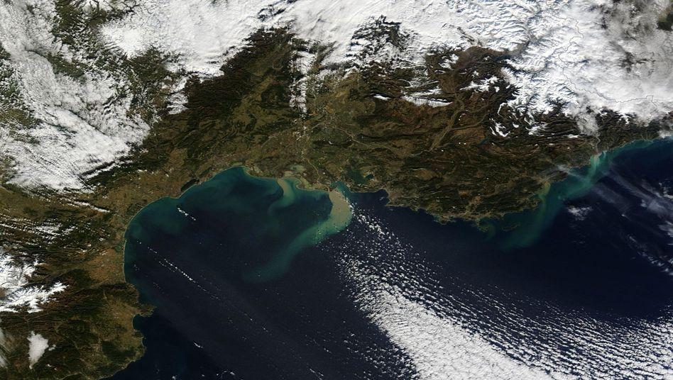 Südfrankreich am 21. Januar 2014: Erde vom Ufer gerissen