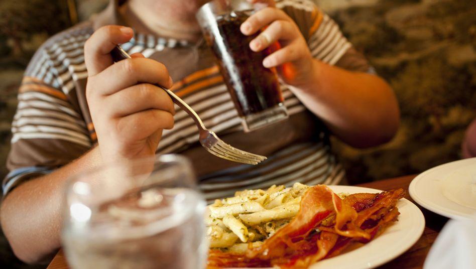 Softdrink und fettiges Essen: Viele Produkte der Lebensmittelindustrie sind ungesund