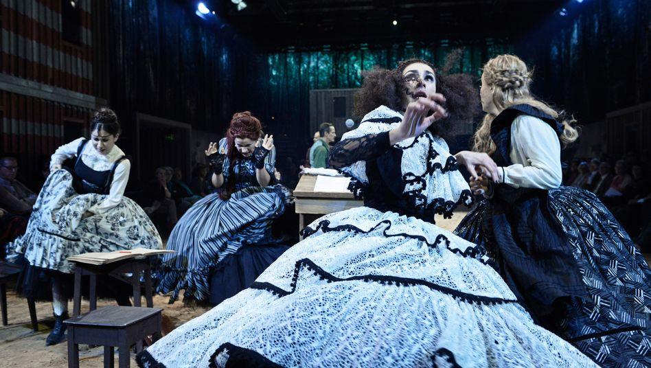 """Aufführung von """"Hexenjagd"""" im Schauspielhaus Zürich"""