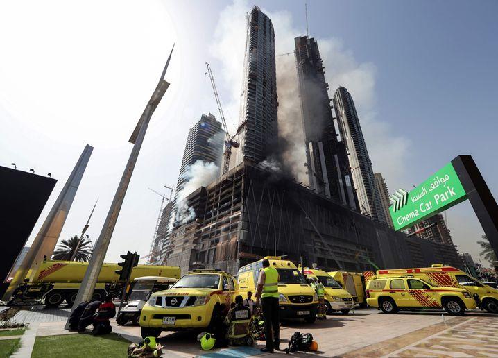 Feuerwehr und Rettungskräfte an der Baustelle