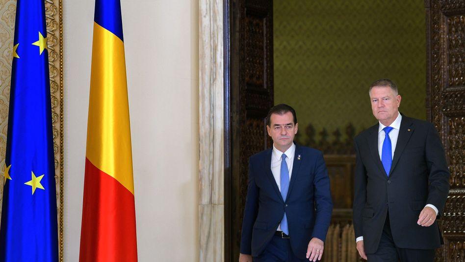 Staatspräsident Klaus Johannis (r.) hat Premier Ludovic Orbán mit der Regierungsbildung beauftragt