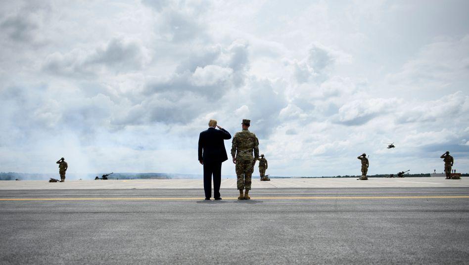 Donald Trump mit Soldaten in Fort Drum