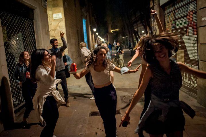 Um Mitternacht endete in Spanien der sechsmonatige Ausnahmezustand und damit auch die Ausgangssperre. Einzig in vier Regionen dürfen sich die Menschen weiterhin nur eingeschränkt bewegen: die Balearischen und die Kanarischen Inseln, Navarra und Valencia. Erlaubt sind nun auch wieder Fahrten zwischen den spanischen Regionen. Spanien verzeichnet bislang fast 79.000 Corona-Tote und 3,6 Millionen Infektionen. Infolge der Impfkampagne sind die Fallzahlen aber stark gesunken.