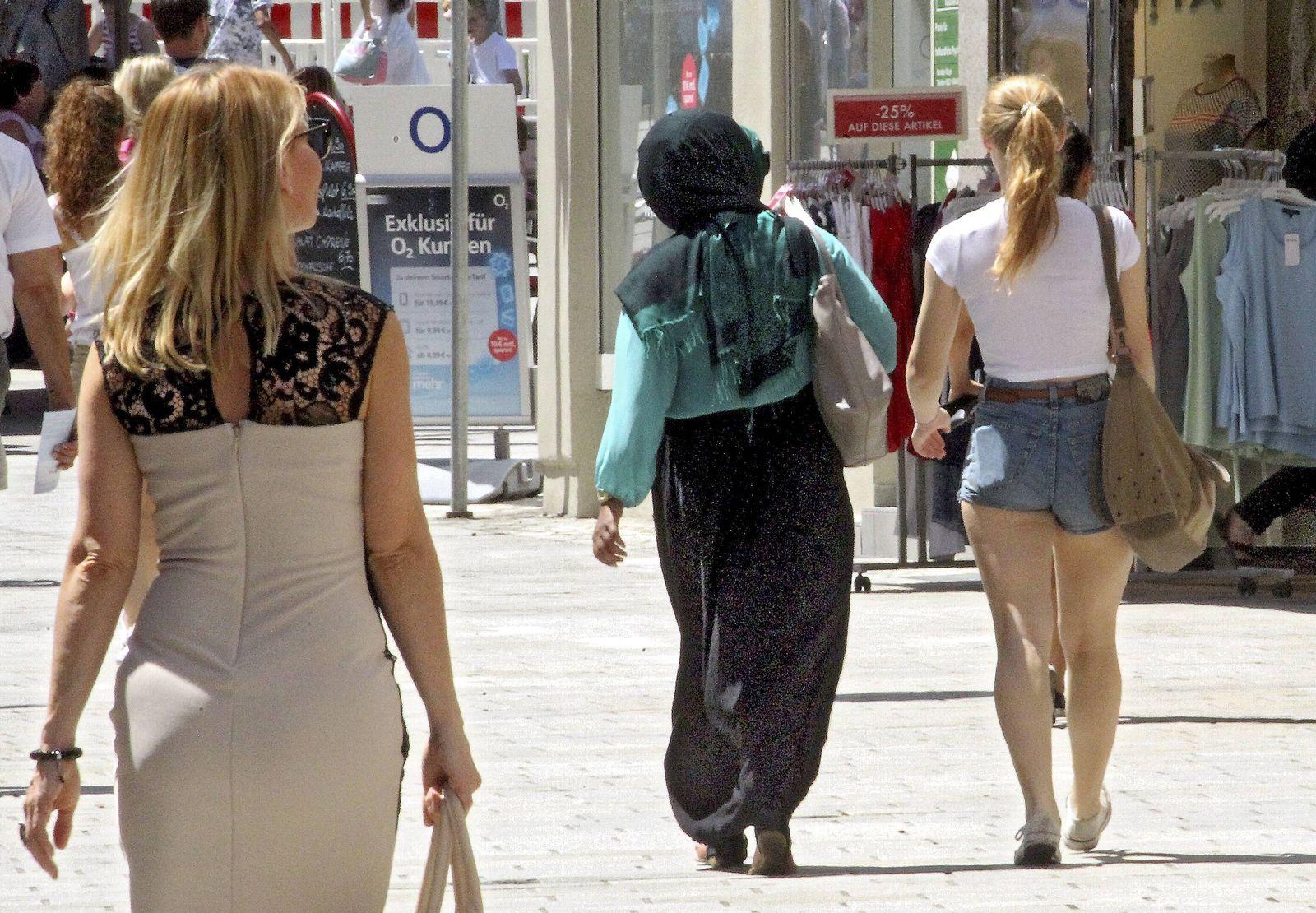 EINMALIGE VERWENDUNG Muslima/ Fußgänger