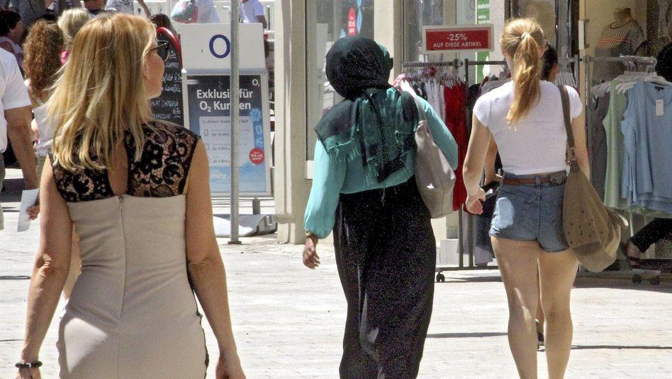 Muslimin in Einkaufsstraße von Augsburg