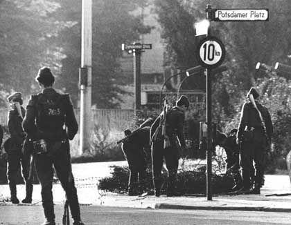 Volkspolizisten errichten Stacheldrahtsperren (13. August 1961): Schießbefehl für Stasi-Spezialeinheit in den DDR-Grenztruppen