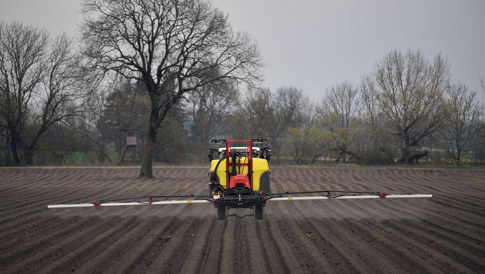 Landwirt bringt Glyphosat auf einem Feld aus: EU-weit ist der Einsatz noch bis Ende 2022 erlaubt