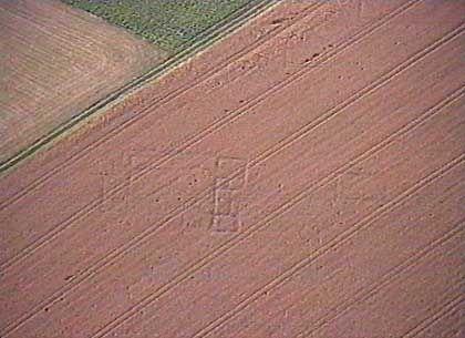 Fundament einer römischen Villa Rustica in einem Getreidefeld: Pro Flug entdeckt Luftarchäologe Klaus Leifeld durchschnittlich vier neue archäologische Denkmäler