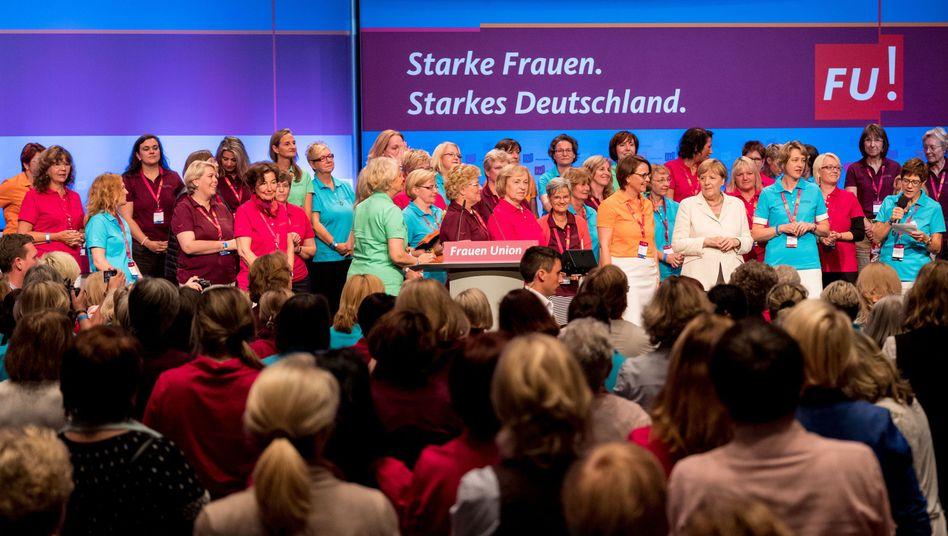 Kanzlerin Angela Merkel im Kreise von Delegierten der Frauen-Union (im August 2017 in Braunschweig)