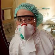 Krankenschwester auf Isolierstation in Kölner Klinik: Die Lage scheint sich zu stabilisieren