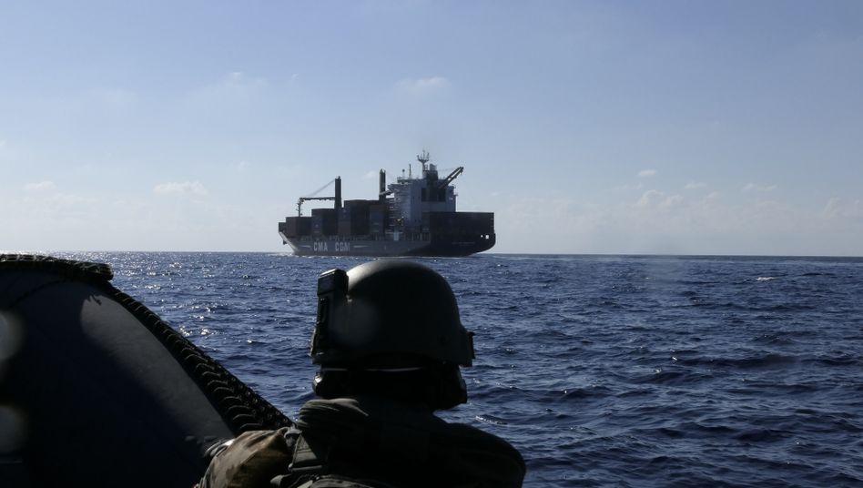 Die Besatzung der »Hamburg« nähert sich in einem Speedboot einem Frachtschiff zur Kontrolle des Uno-Waffenembargos gegen Libyen