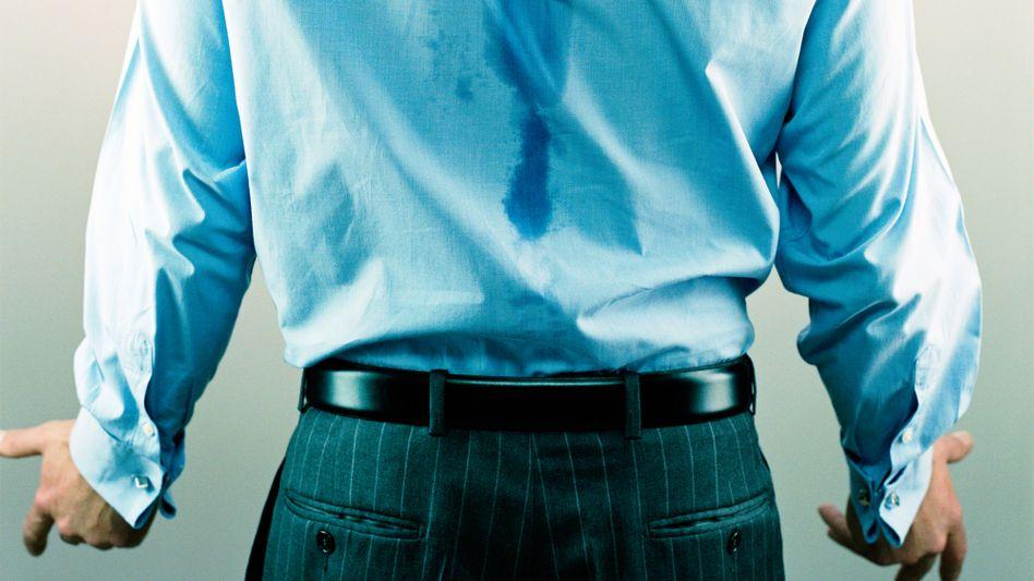 Schweißflecken am Hemd: Bei Hyperhidrose sind Schweißdrüsen außer Kontrolle