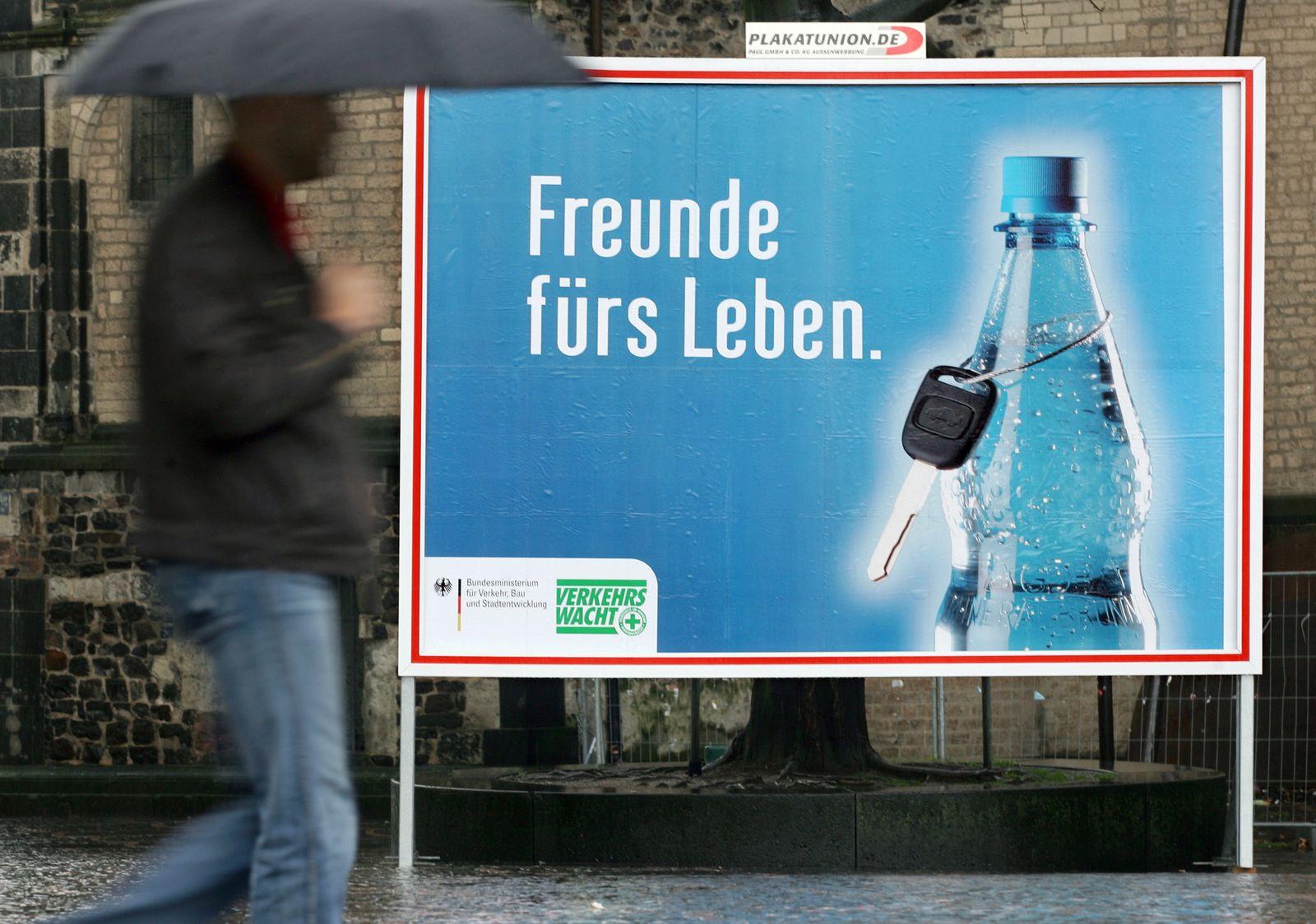 Frau fährt gegen Plakat/ Kampagne Alkohol am Steuer