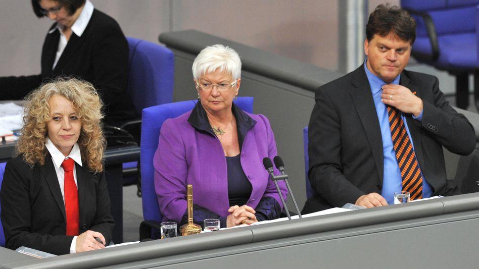Ersatz-Schriftführerin Alpers (links): Solidarität in Scharlachrot