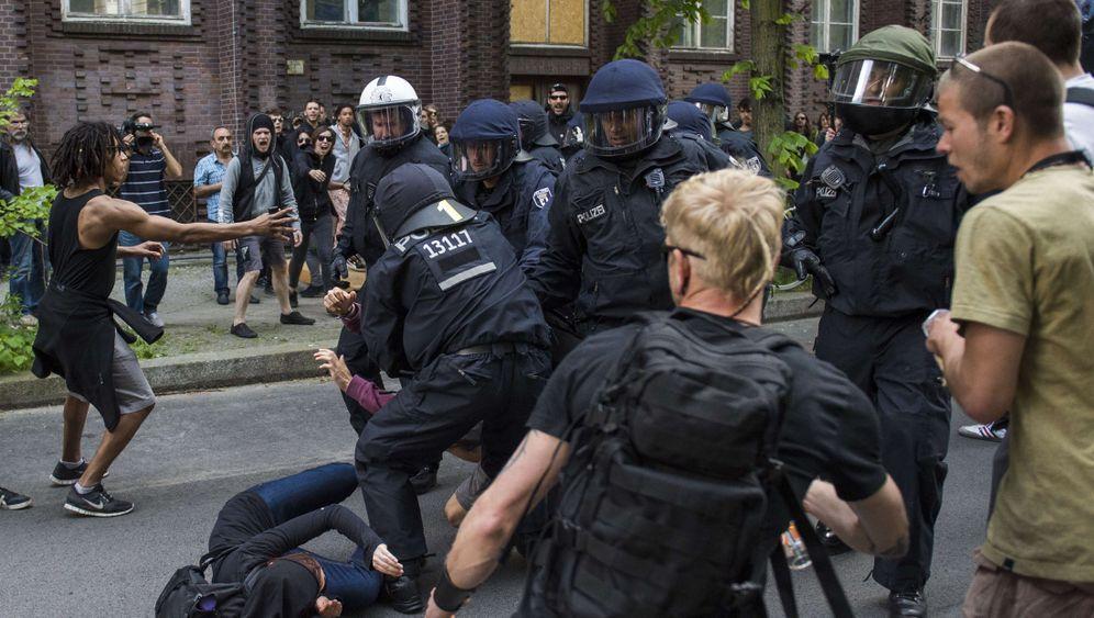 Aufmarsch in Berlin: Gegendemonstranten blockieren NPD-Demo