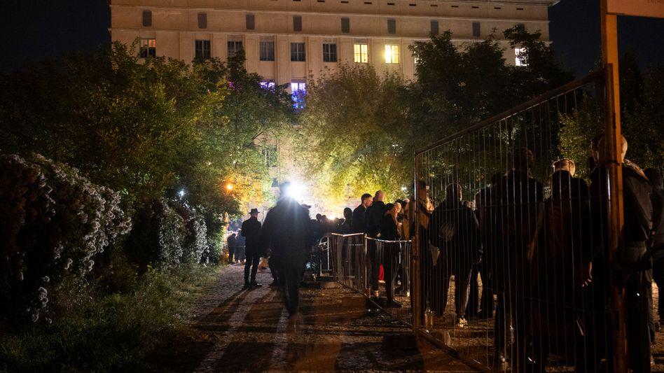 Mehrere Hundert Menschen Samstagnacht vorm Berghain: Die Parallelwelt hat wieder geöffnet