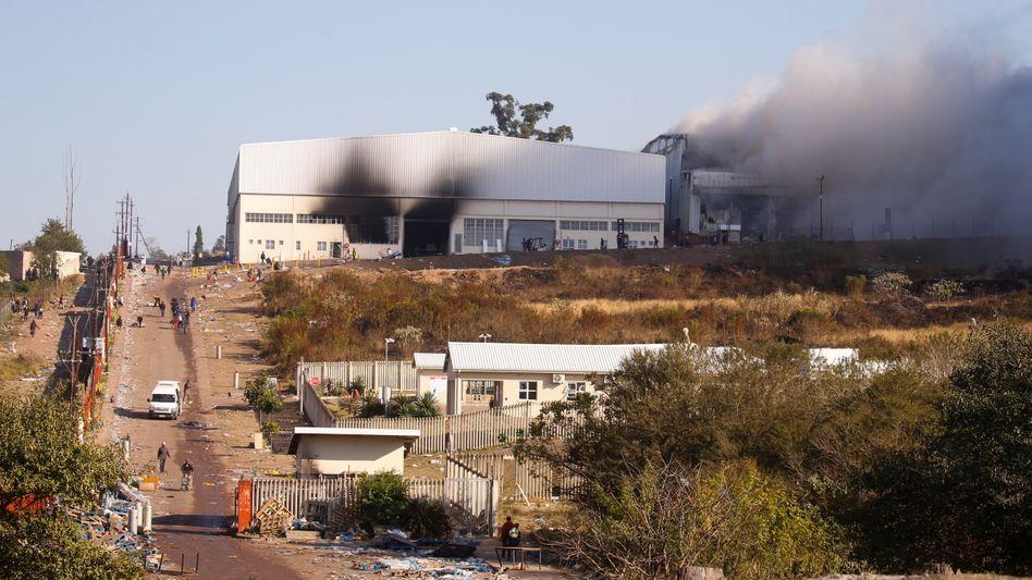Brennendes Warenhaus in Hillcrest in der Provinz KwaZulu-Natal