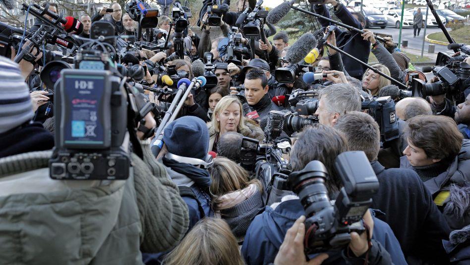 Medienauftrieb vor dem Krankenhaus in Grenoble am 1. Januar 2014, im Zentrum Michael Schumachers Managerin Sabine Kehm