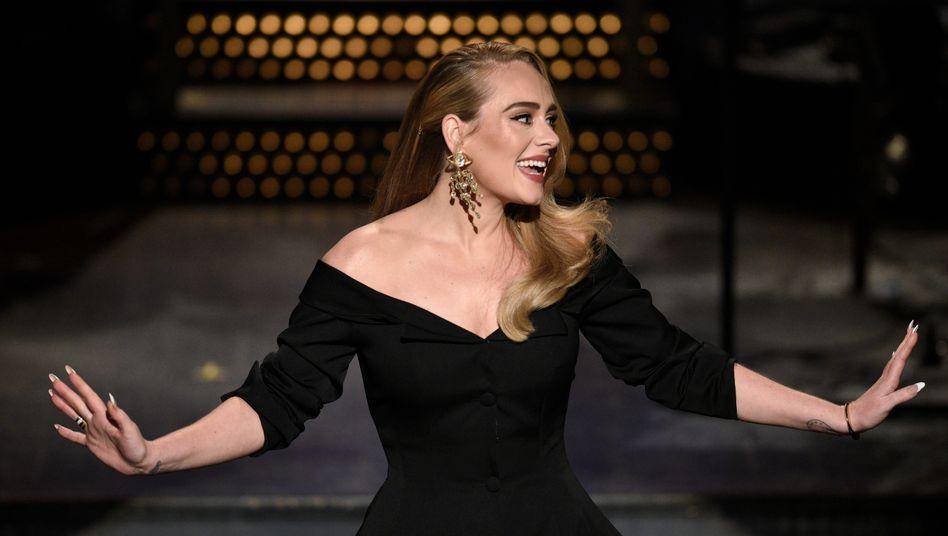 """Adele bei """"Saturday Night Live"""": """"Wegen all der Corona-Einschränkungen musste ich mit wenig Gewicht reisen"""""""