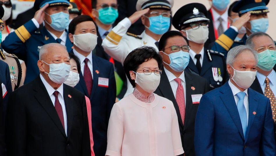 Regierungschefin Carrie Lam feiert die Rückgabe der Kolonie Hongkong an China vor 23 Jahren - einen Tag nachdem mit dem neuen Sicherheitsgesetz der bislang stärkste Einschnitt in Hongkongs halbautonomen Status vorgenommen wurde