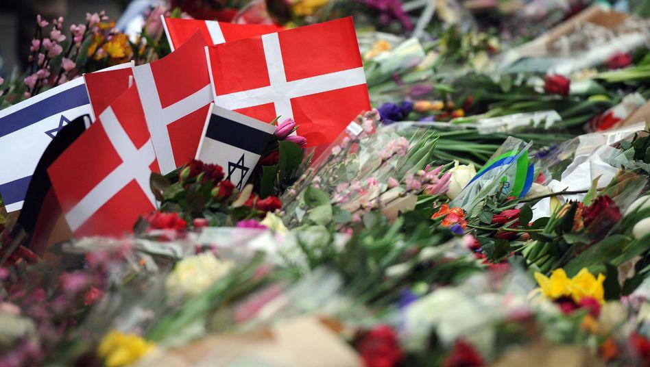 Blumen vor der Synagoge in Kopenhagen: Neue Details zum Attentat