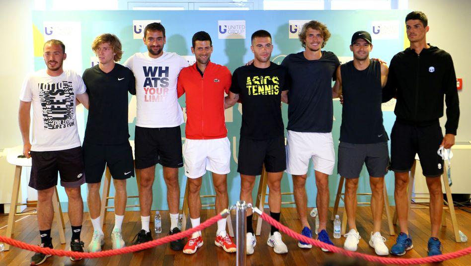 Novak Djokovic (4.v.l.) und Alexander Zverev (3.v.r.) Seite an Seite mit den positiven Corona-Fällen Grigor Dimitrov (2.v.r.) und Borna Coric (M.)