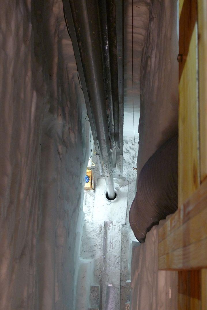 Ein Kernbohrer wird ins Eis hinab gelassen, um Proben zu nehmen (Archivbild)