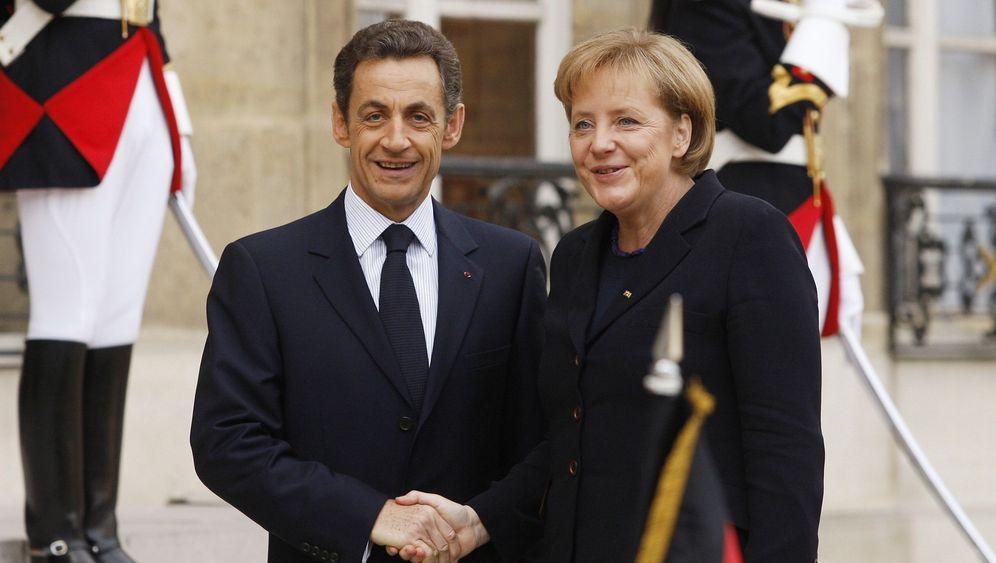 Merkel und Sarkozy: Küsschen in Paris