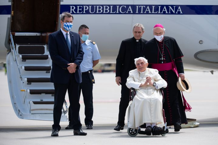 Ministerpräsident Markus Söder gab dem emeritierten Papst einen Geschenkkorb mit auf den Weg - gefüllt unter anderem mit bayerischem Bier, Weißwürsten und Senf